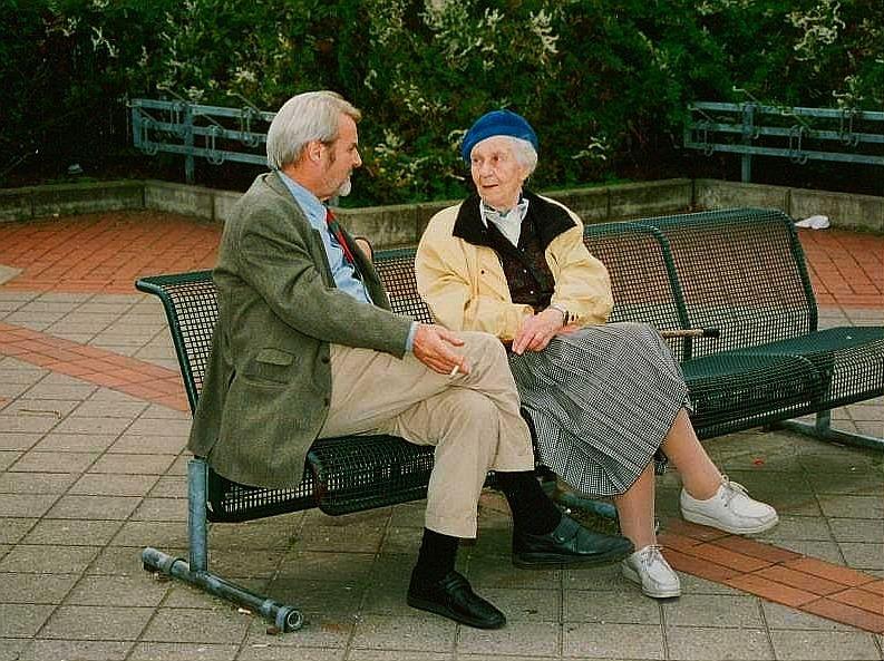 Gerd Ruge und seine Tante Tisa von der Schulenbburg, 1994 in Dorsten; Foto: Wolf Stegemann
