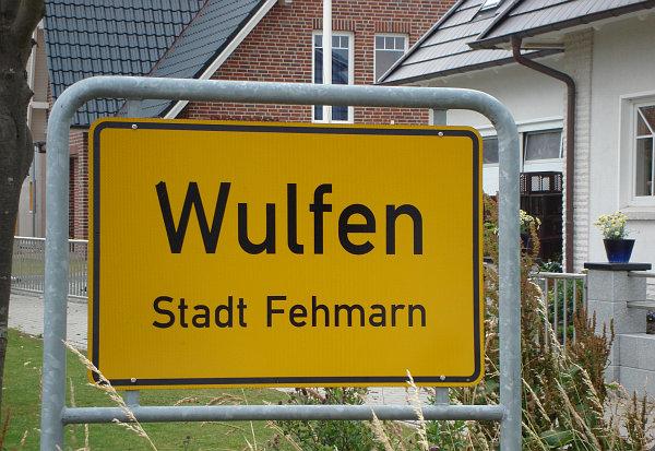 Ortsschild von Wulfen auf Fehmarn; Foto: Christian Gruber
