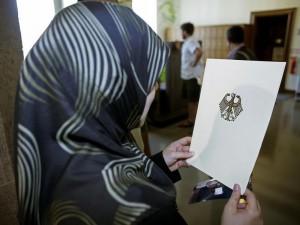 Türkin mit Einbürgerungsurkunde