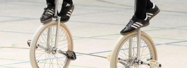 Zwei Füße und ein Einrad