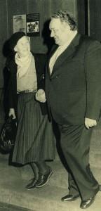 Die Ehrenbürgerin Tisa von der Schulenburg am Arm von Hans Fabian