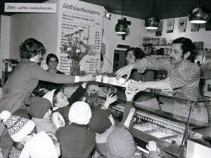 Antonio Filippin in seiner Eisdiele am Markt 1974