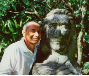 Antonio Filippin und seine Skulptur im Garten des Statehouse auf den Seychellen; Foto: Wolf Stegemann