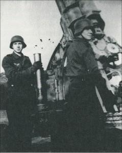 Gerd und Hans Aleff in der Flakstellung Gälkenheide in Wulfen, Februar 1945