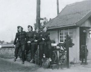 Flakhelferinnen in der Wenger Höfe am Schrankenposten, 1942