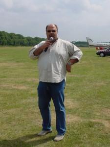 Jo Gernoth am Flugplatz