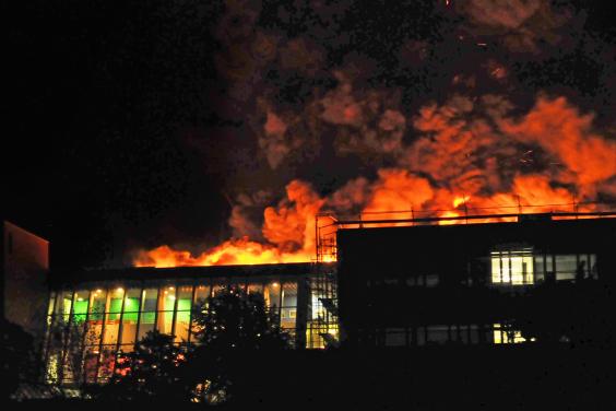 Die Schule brennt! Foto: Bludau