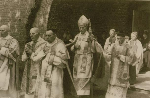 Bischof Galen weiht die Kirche in Deuten, 1942