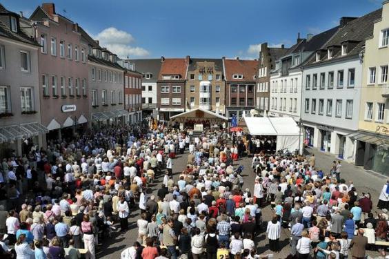 Gottesdienst der Südgemeinde auf dem Marktplatz 2009; Foto: Ralph Pieper