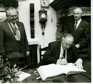 Ignatz Bubis beim Eintrag ins Goldene Buch