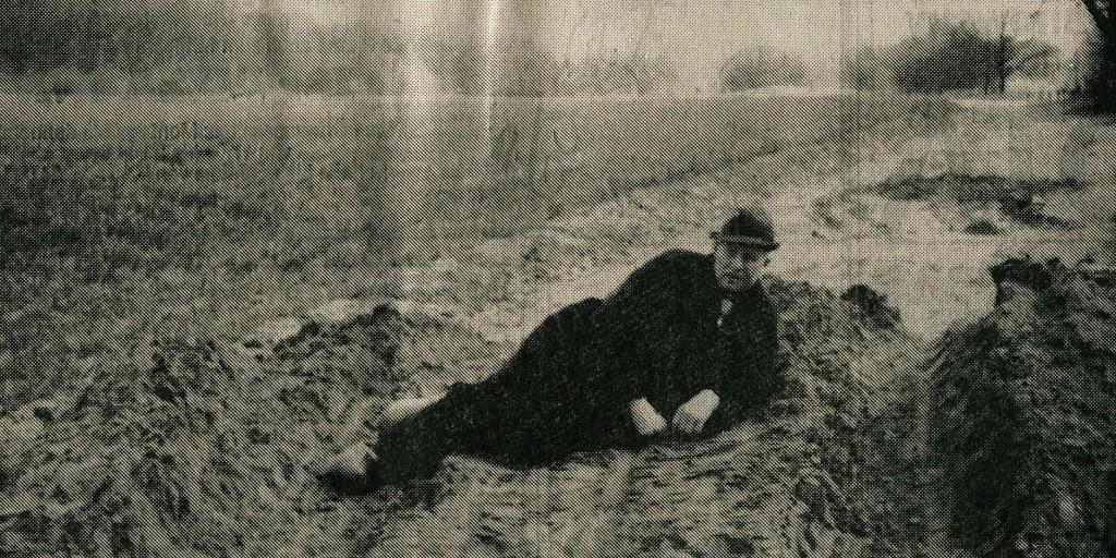 Aloys Große Boes auf seinem Erdwall (Zeitungsbild)