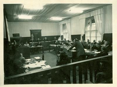 Richard Hildebrandt auf der Anklagebank (rechts) in Nürnberg, 8. Fall (Rasse- und Sicherheitshauptamt)