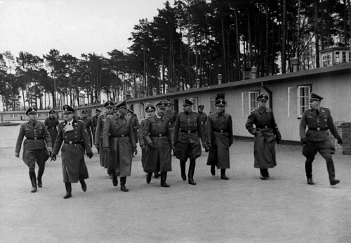 Himmler im KZ Stutthof (MItte), R. Hildebrandt vorne links