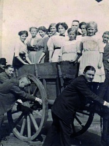 Gutsbesitzer Ostrop schiebt den Wagen mit den Frauen, 1938