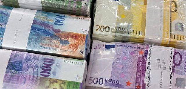Spekulationsmasse: Schweizer Franken und Euro; Foto: dpa