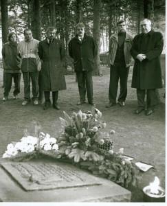 Gedenktafel am jüd. Friedhof Lembeck 1983: BM Ritter, Dirk Hartwich, Wolf Stegemann, Stadtkämmereer Klink (von rechts)