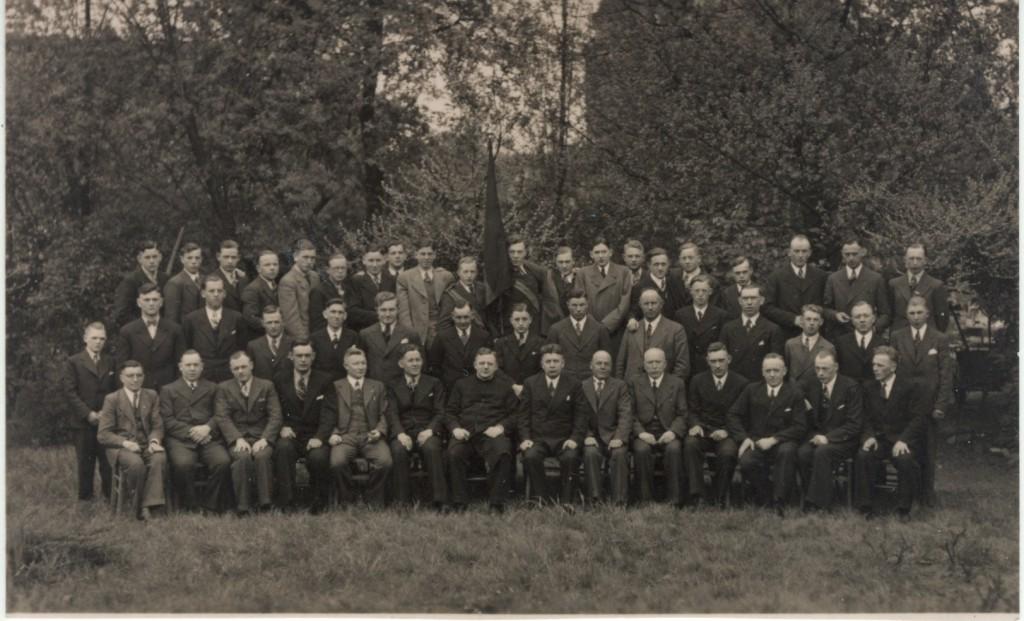 Kolpingfamilie 1938 mit Kaplan Schneider