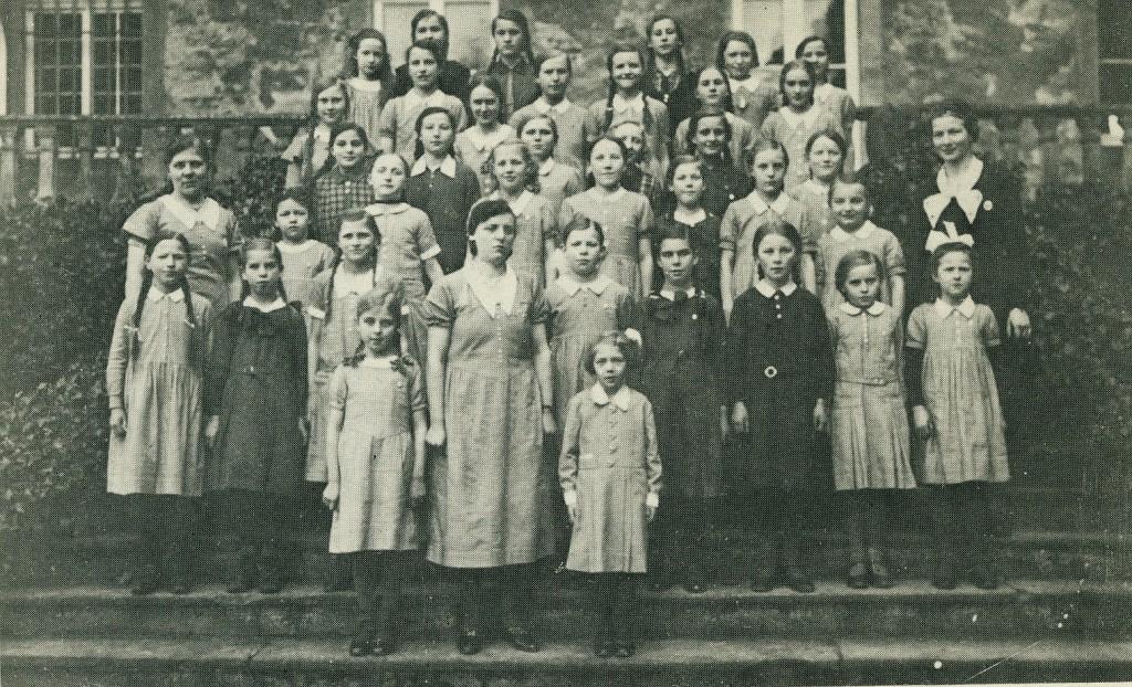 """""""Kornblümchen"""" 1934 auf der Freitreppe von Schloss Lembeck (Jugendorganisation Stahlhelm)"""
