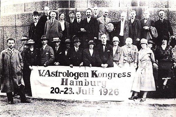 Astrologenkongeress Hambaurg 1926; Korsch letzte Reihe 3. v. l.