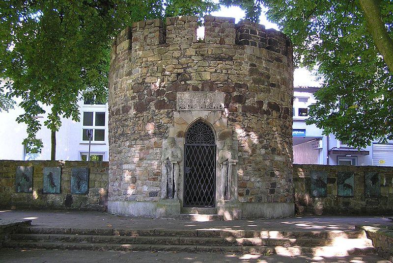 Nach Plänen eines Düsseldorfer Architekten wurde der alte Stadtmauertrurm 1925 zur Kriegergedächtnisstätte umgebaut
