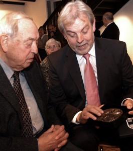 Bürgermeister Lütkenhorst übergibt Manfred Ludes (li.) den Preis
