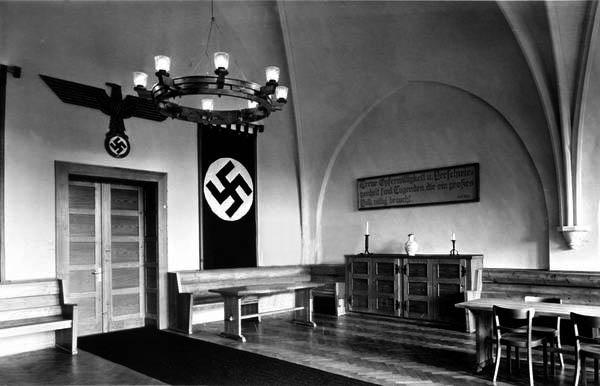 Das frühere Refektorium der Barmherzigen Brüder - nun Speisesaal mit der Hakenkreuzfahne