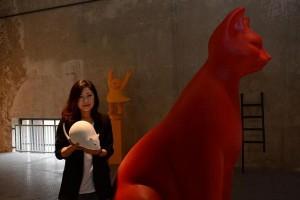 Jiny Yoon mit der weißen Maus und der roten Katze; Foto: DZ