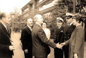 """Hans Möller begrüßt Offiziere des Patenbotts """"Atlantis"""""""