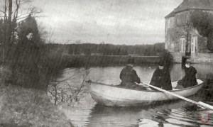 Mit dem Boot auf der Schloss-Gräfte (1890)