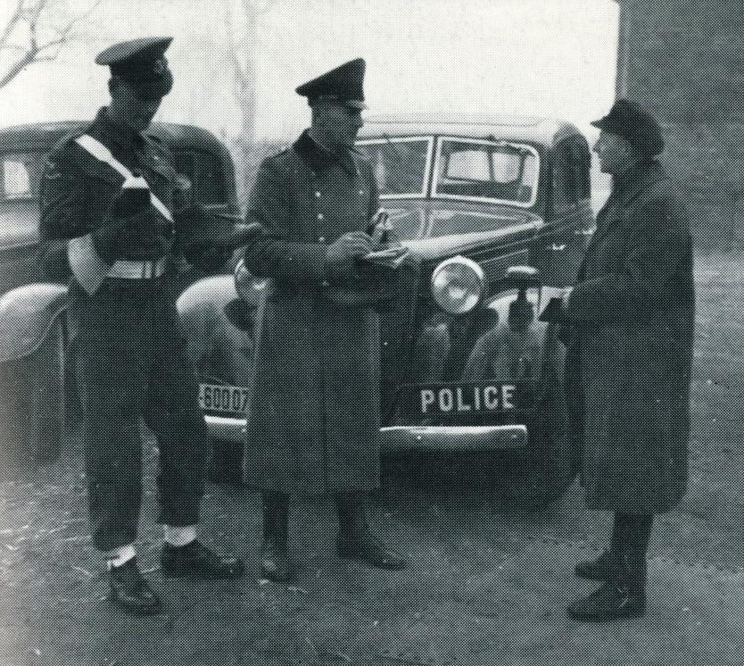 Gemeinsame Autokontrolle 1946: britischer Militär- und deutscher Hilfspolizist