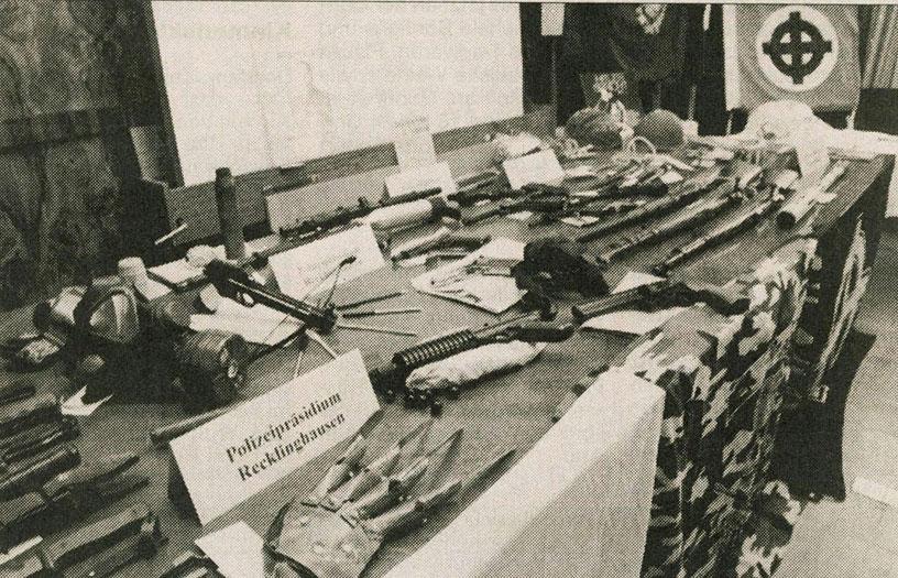 Von der Polizei beschlagnahmte Gegenstände (Zeitungsbild)
