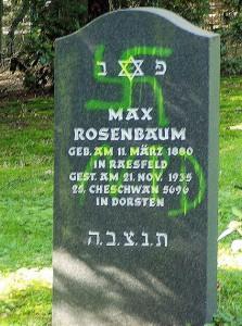 19... geschändeter Grabstein Max Rosenbaum