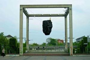 Kohlebrocken am Platz der deutschen Einheit