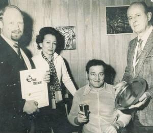 Versehrtensportler Simon (mit Sportamtsleiter Brand und BM Hans Lampen v. l.)