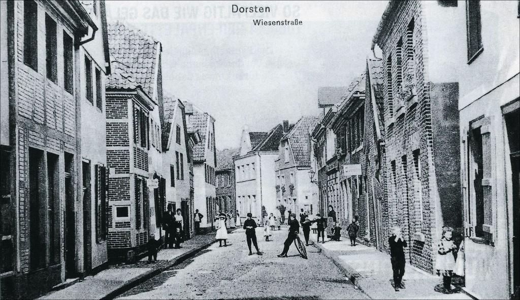 Wiesenstraße mit Blick auf die Synagoge (weißes Giebelhaus in der Mitte)