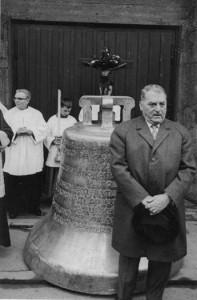 Paul Schürholz vor seiner gestifteten Agatha-Glocke