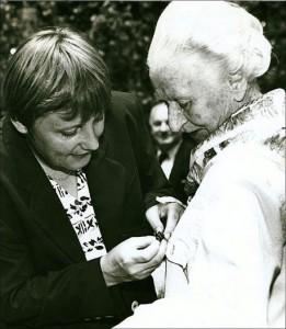 Bundesminbisterin Merkel steckt Tisa von der Schulenburg den Orden an