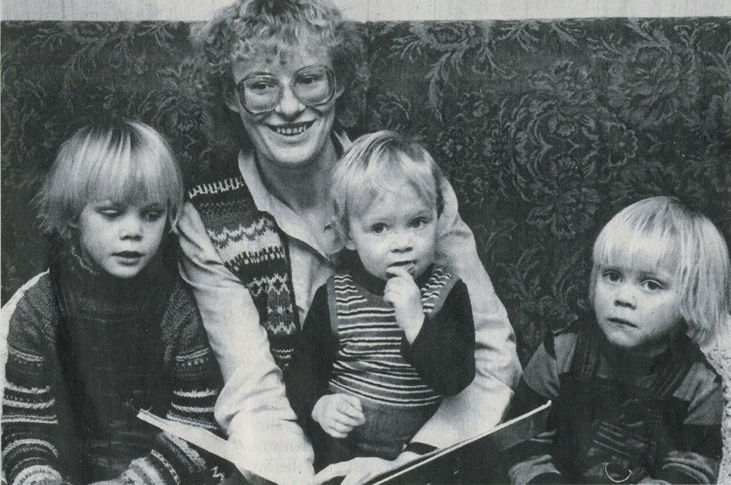 Angela Schneider 1983 mit Marie, Anna, Tillmann (v. l.); Foto: Wolfgang Krüger