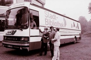 Bücherbus, ein kurzers und kostspieliger Einsatz (Stadtdirektor Dr. Zahn, Beigeordneter Dr. Backherms, Bibliotheksleiter Stöckle v. l.)T