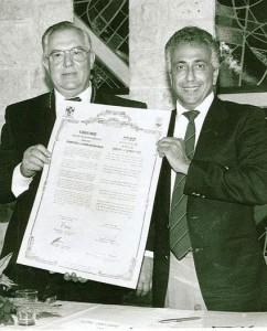BM Ritter (l.) und BM Benjamini mit der Partnerschaftsurkunde