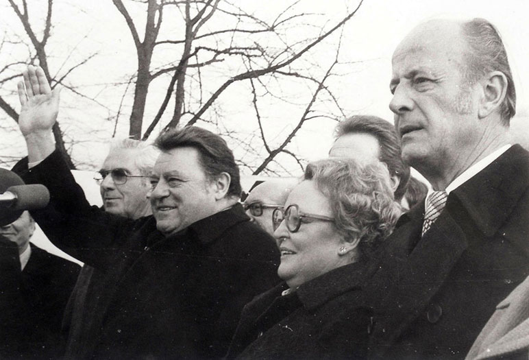 Wahlkampf auf dem Dach der VHS: F.-J. Strauß, Agnes Hürland-Bünung, BM Hans Lampen