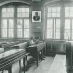 Das Kaiserbild an der Wand des Klassenzimmers, 1910