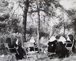 Nonnen-Freizeit auf ihrem Grundstück am Freudenberg 1958