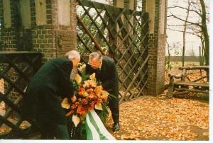 Am jüdischen Friedhof: Stadtdirektor Dr. Zahn (l.) und Bürgermeister Ritter 1987
