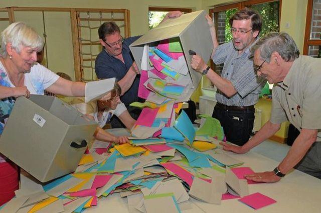 Auszählung im Wahllokal; Foto: Guido Bludau