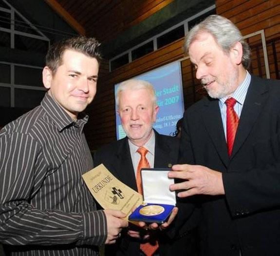 Carsten Winkel (l.) mit Bürgermeister Lütkenhorst und dem Vorsitzenden des Sportrbundes, Jupp Humme