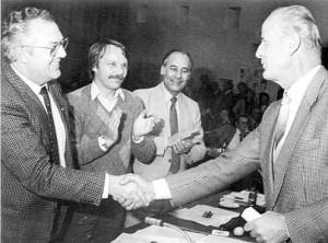 Bürgermeister Heinz Lampen (r.) gratuliert Heinz Ritter zur gewonnenen Wahl 1984