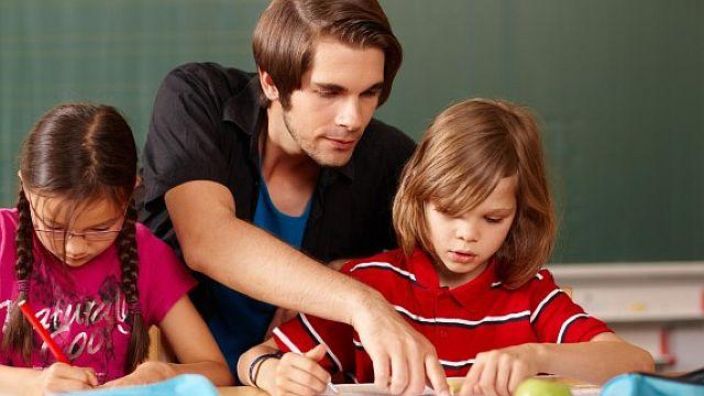 Schulbegleiter helfen bei Einschränkungen der Schüler deren Alltag zu meistern (Symbolbild)