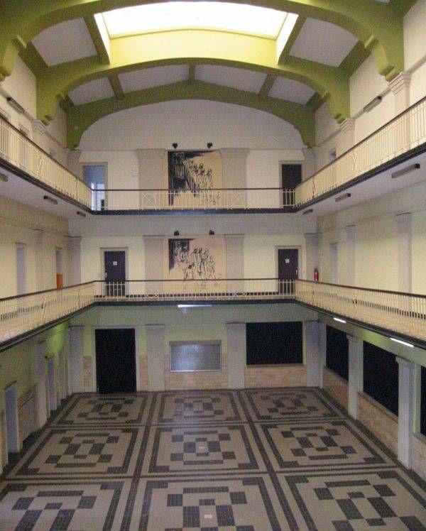 Lohnhalle mit den Wandbildern von Tisa von der Schulenburg (Sr. Paula)
