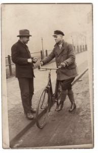 Artur Kramm (l.) und sein Glaubensbruder Karl Kneifel auf der Lippebrücke